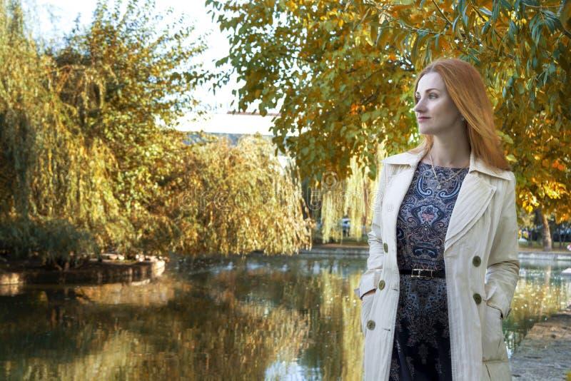 Jesieni tło jezioro dziewczyn spojrzenia w odległość obrazy stock