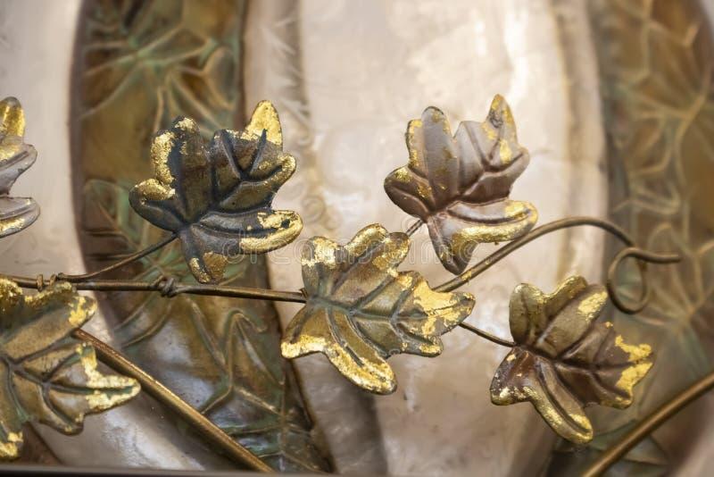 Jesieni tło przechylający metalu złoto opuszcza przed stylizowaną banią selekcyjna ostrość - zbliżenie w ziemskich brzmieniach - obraz royalty free