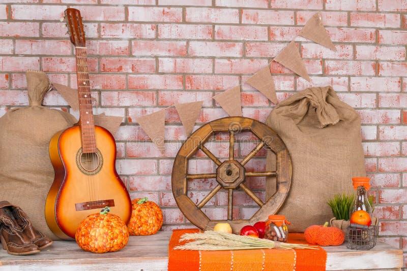 Jesieni tło z żytem, banatka, z żółtymi liśćmi klonowymi, banie, czerwoni jabłka Rama spadku żniwo na starzejącym się drewnie fotografia stock