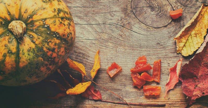 Jesieni tło z wysuszonymi jesień liśćmi, wysuszonymi pieczarkami i cedrowymi dokrętkami z kopii przestrzenią, obraz stock
