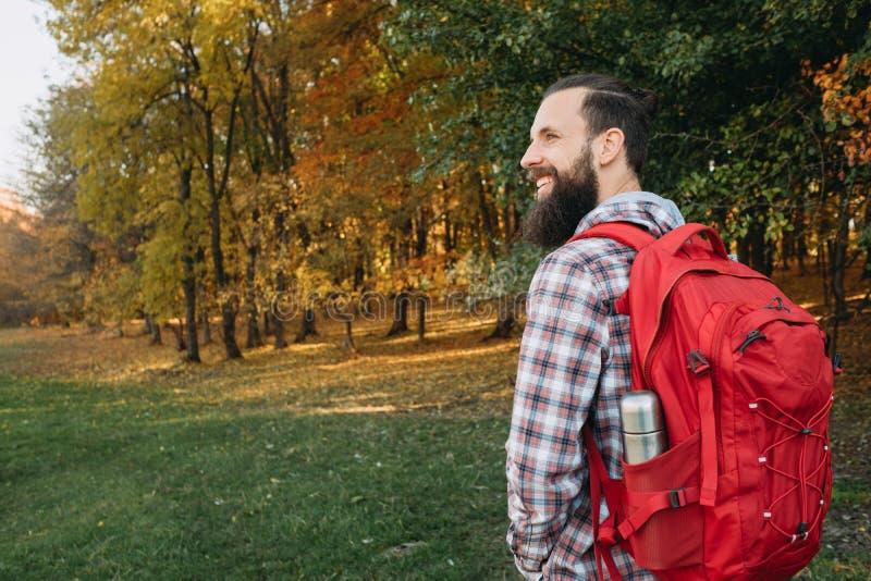 Jesieni turystyki szczęśliwy facet wycieczkuje natura parka obraz royalty free