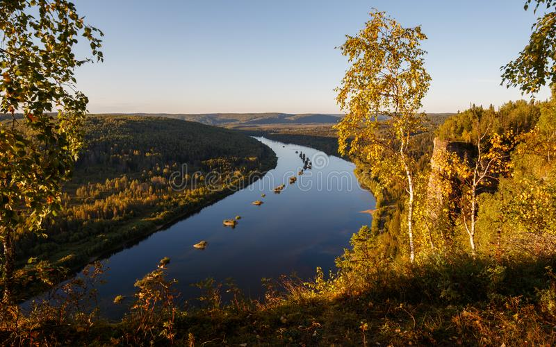Jesieni Urals krajobraz, rzeka, kamienie, góry Vishera rzeka zdjęcie stock