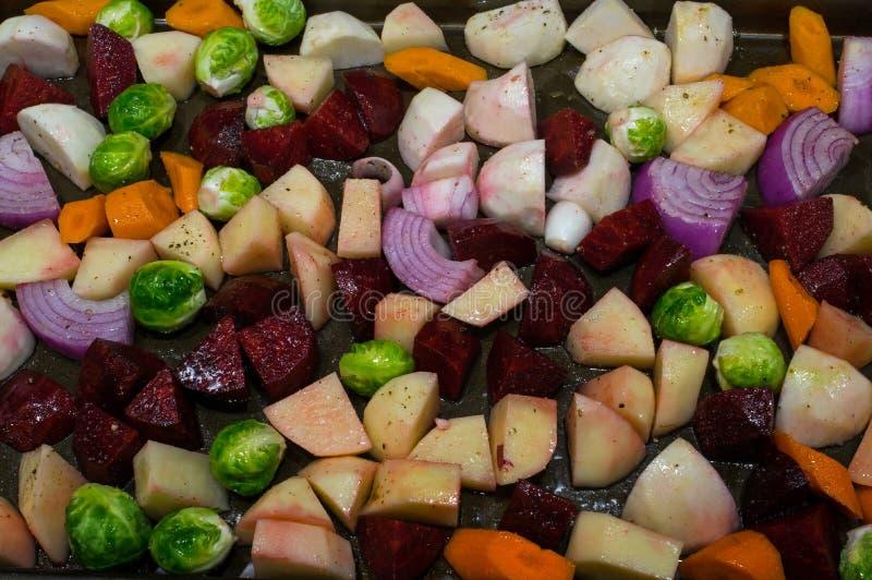 Jesieni warzywa pokrajać i oliwiący przed prażakiem zdjęcia royalty free