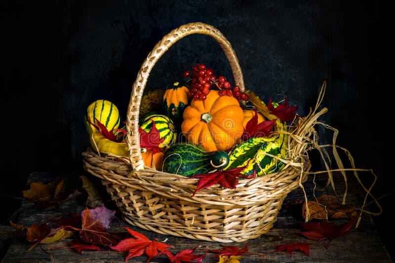 Jesieni warzywa w koszu zdjęcia stock