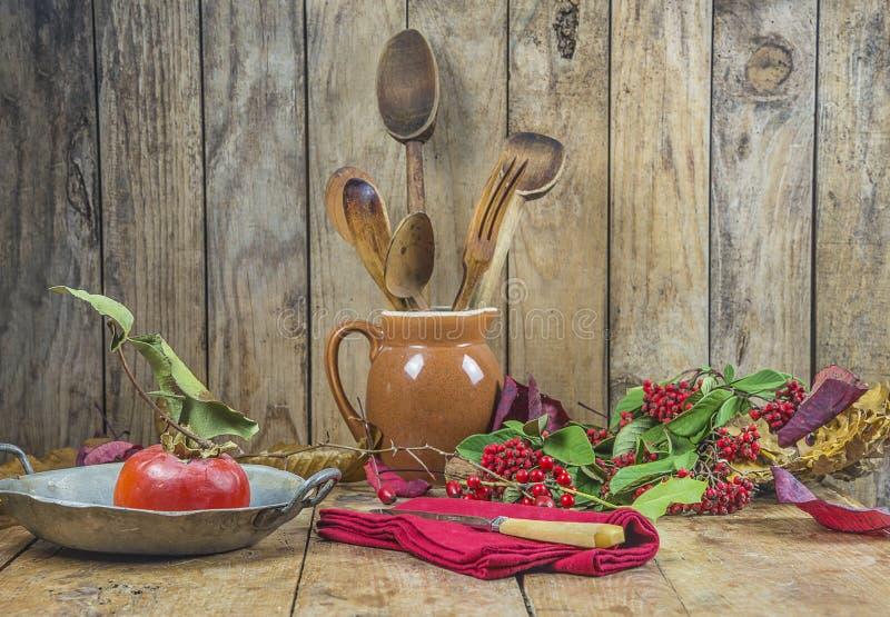Jesieni wciąż życie z starym naczyniem, owoc i jagodami, fotografia stock