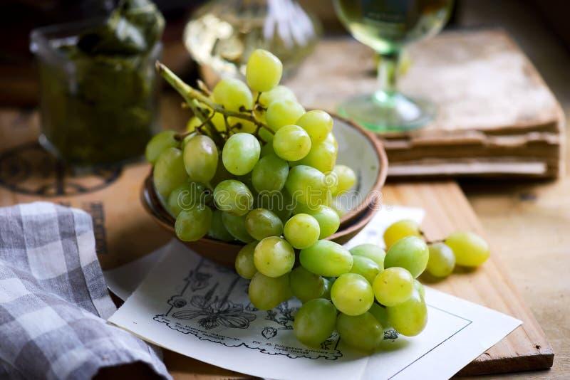 Jesieni wciąż życie z winogronem na drewnianym tle obrazy royalty free