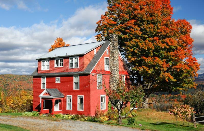 Jesieni wioski dom w Nowa Anglia miasteczku z jaskrawym kolorem w słonecznym dniu zdjęcia stock