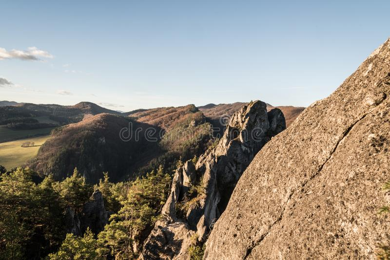 Jesieni witth krajobrazowe skały, wzgórza, łąki w dolinach i niebieskie niebo z tylko few małymi chmurami, fotografia royalty free