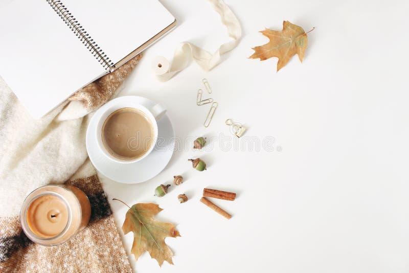 Jesieni workspace wciąż życie, spada kobieca scena Notatnik w górę sceny z filiżanka kawy, świeczka, cynamonowi kije obraz royalty free