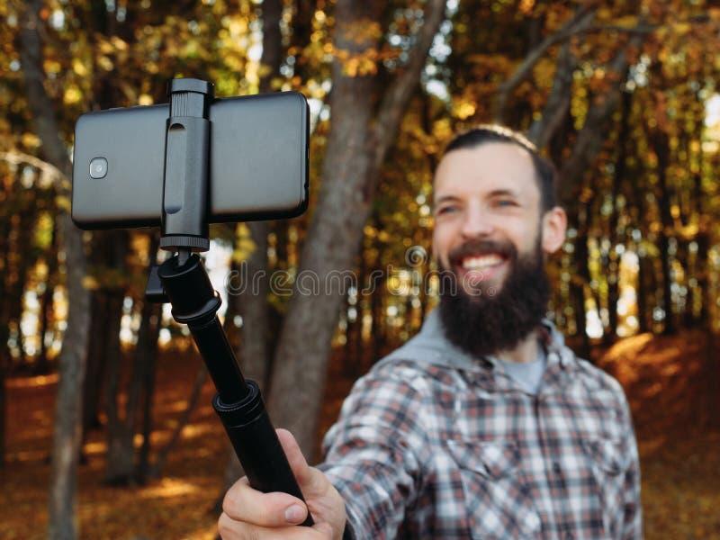 Jesieni zabawy modnisia faceta selfie spadku natury park obraz royalty free