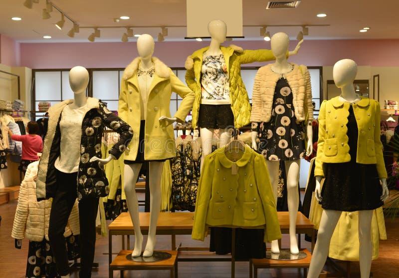 Jesieni zimy mody Mannequins w mody odzieży robią zakupy fotografia stock