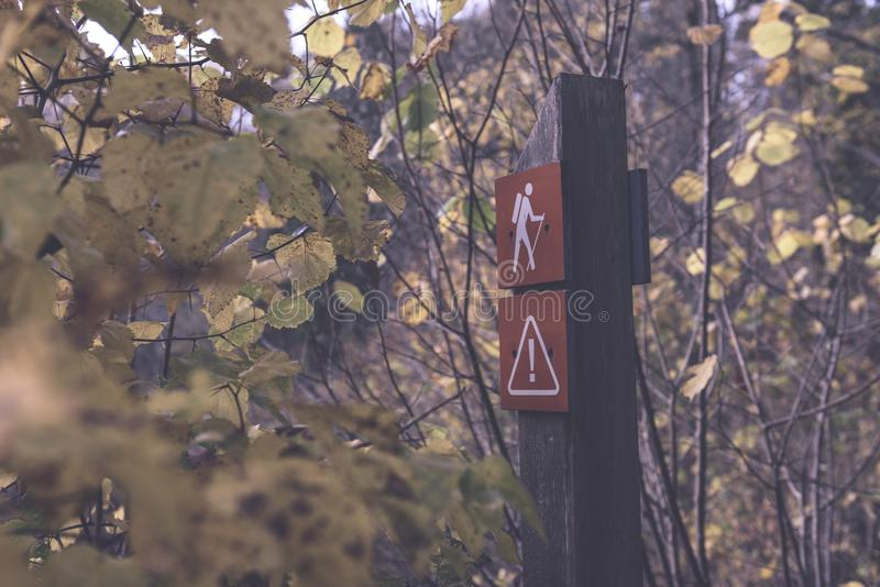 jesienie barwiący drzewa w parku z szyldowego ocechowania turystycznym śladem zdjęcie royalty free