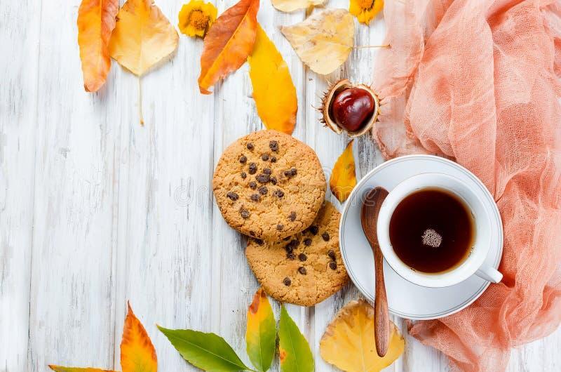 Jesienna trawa z filiżanką herbaty i liści obraz royalty free