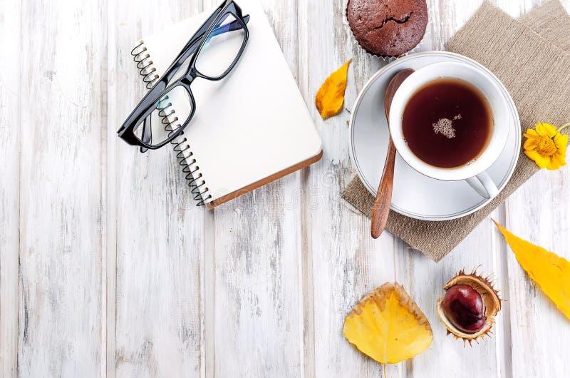 Jesienna trawa z filiżankÄ… herbaty i liÅ›ci zdjęcie royalty free