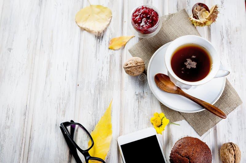 Jesienna trawa z filiżankÄ… herbaty i liÅ›ci zdjęcie stock