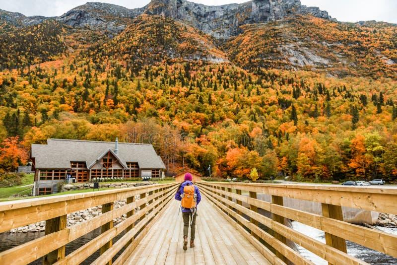 Jesienna wędrowna dziewczynka wędrowna wędrująca po Quebecu zdjęcie stock