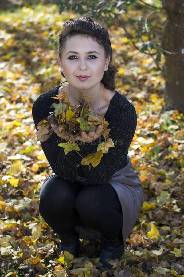 Jesienna zabawa z liśćmi obraz stock