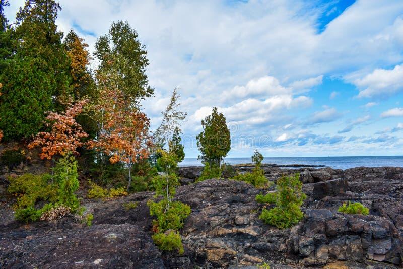 Jesienny Dzień Jaskrawe niebieskie niebo przedzierające się przez chmury nad jeziorem Superior zdjęcie royalty free