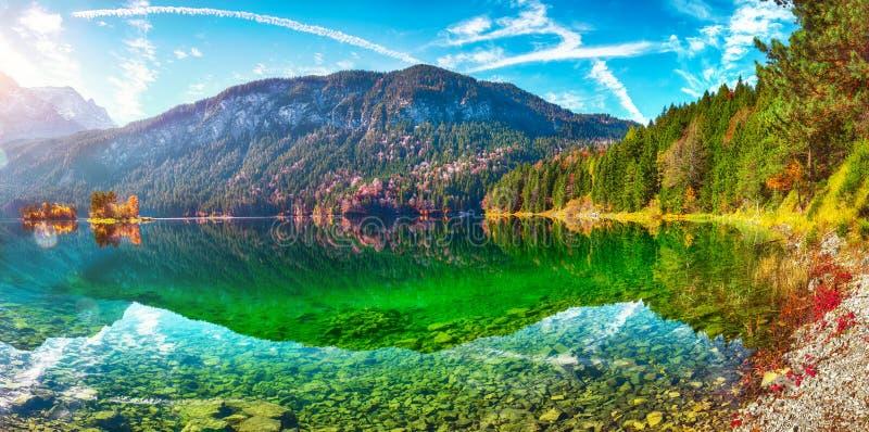 Jesienny krajobraz jeziora Eibsee przed szczytem Zugspitze pod słońcem obrazy royalty free