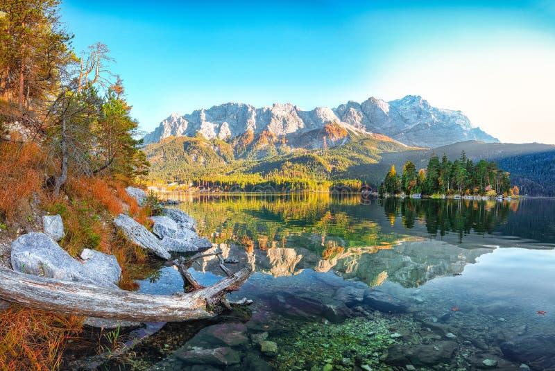Jesienny krajobraz jeziora Eibsee przed szczytem Zugspitze pod słońcem obraz royalty free