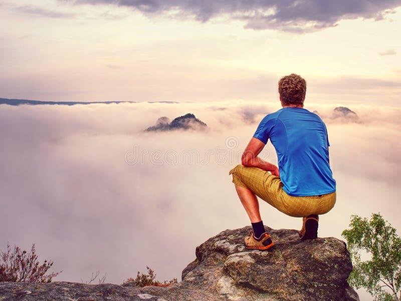 Jesienny mglisty ranek w dzikiej naturze Wycieczkowicz w sportów być ubranym zdjęcie royalty free