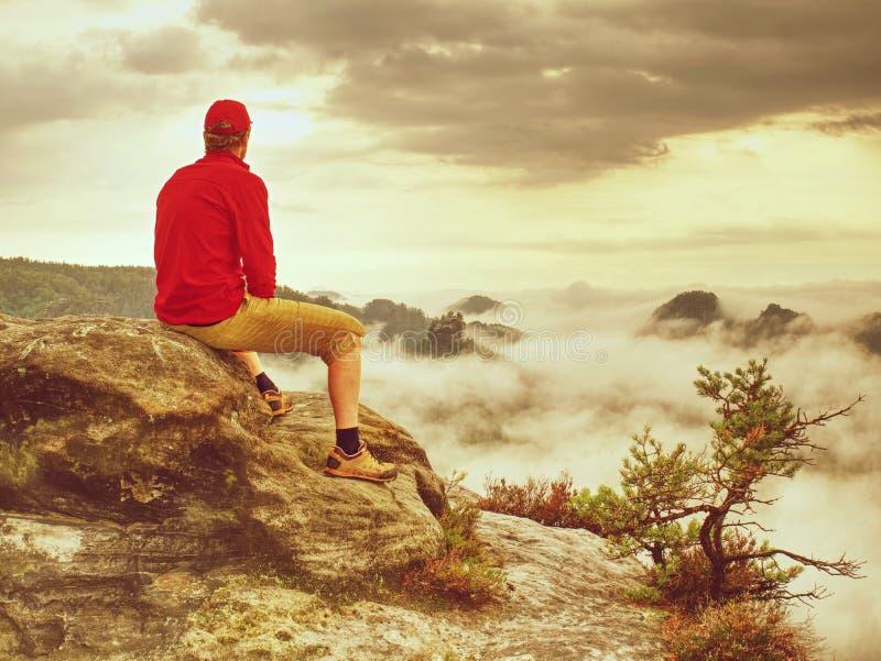 Jesienny mglisty ranek w dzikiej naturze Wycieczkowicz w sportów być ubranym fotografia stock