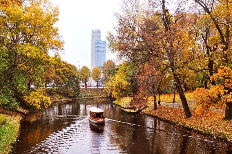 Jesienny park w centrum Ryski, Latvia zdjęcie royalty free