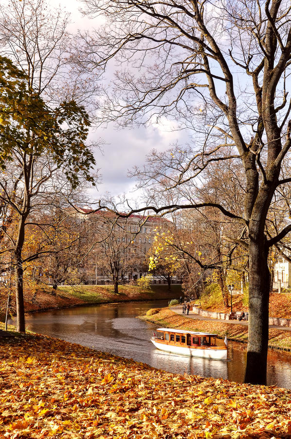 Jesienny park w centrum Ryski, Latvia zdjęcia stock