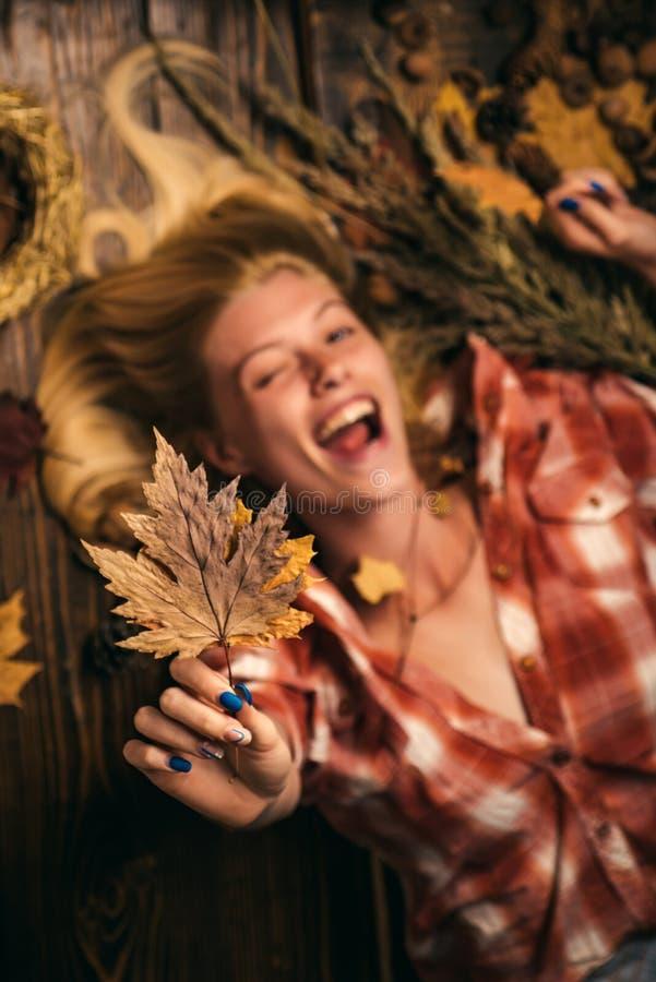 jesienny ulistnienia Miejsce dla twój teksta Reklamy pojęcie tło koloru s złocista tapeta Cześć Wrzesień szczęśliwa kobieta uśmie obrazy royalty free