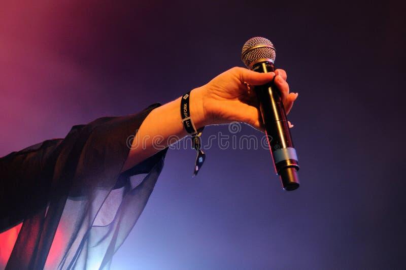 Jessie Ware guarda seu microfone no festival 2013 do som de Heineken primavera fotos de stock royalty free