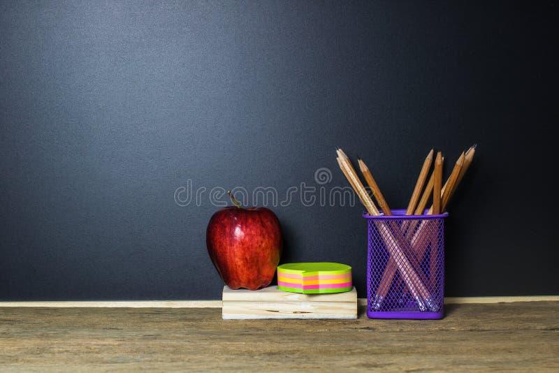 jest edukacja starego odizolowane pojęcia Czerwony jabłko, wysyła mnie, ołówek na drewno stole zdjęcie royalty free