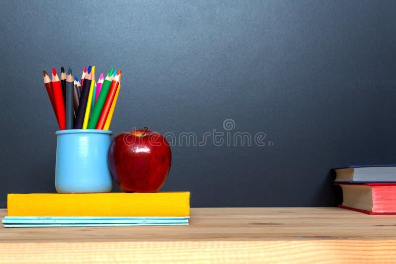 jest edukacja starego odizolowane poj?cia Kolorowi pensils na blackboard tle zdjęcie royalty free