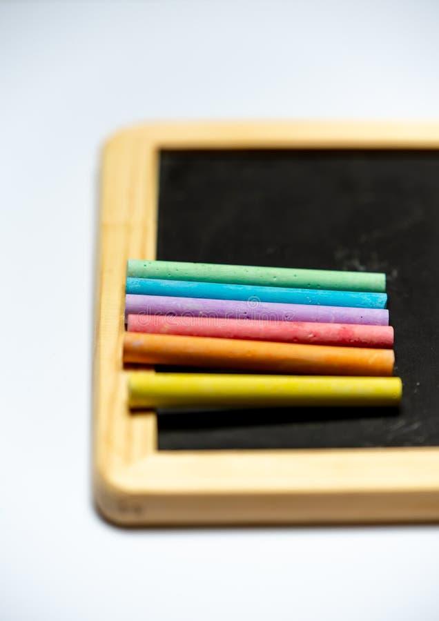 Jest kreatywnie - kreda w tęcza kolorach na czarnej desce zdjęcia royalty free