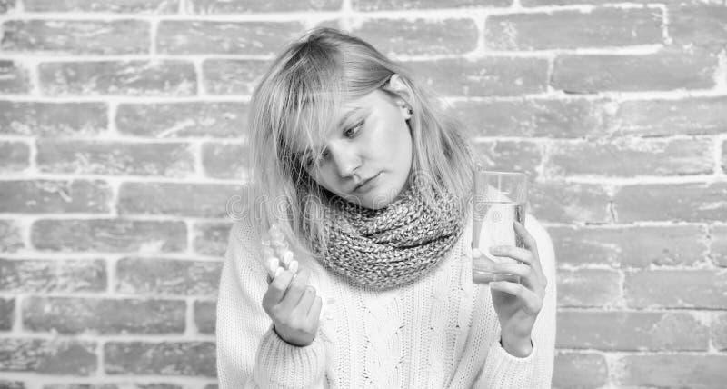 Jest medycyna kt?ra wydajny Chora dziewczyna bierze ante zimne pigu?ki Chorzy kobiety cz?stowania objawy powodowa? zimnem lub gry zdjęcia stock