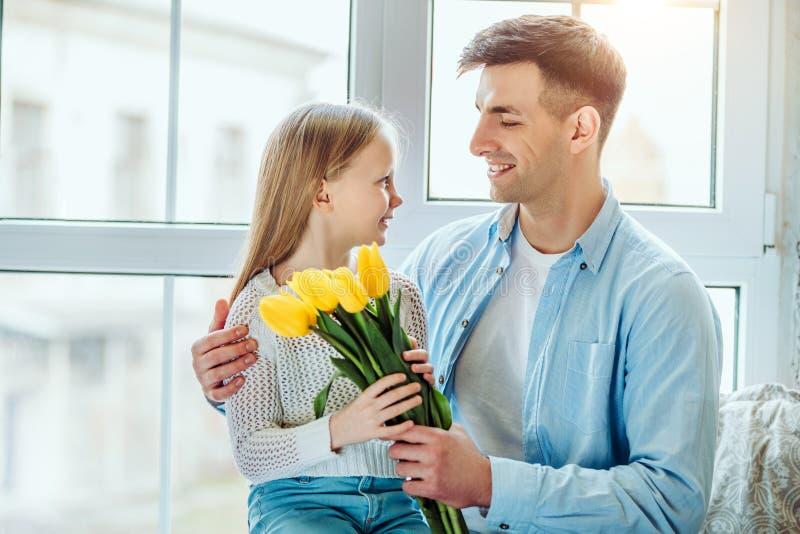 Jest najlepszy tatą! Córka i ojciec siedzi wpólnie na windowsill w domu obraz royalty free