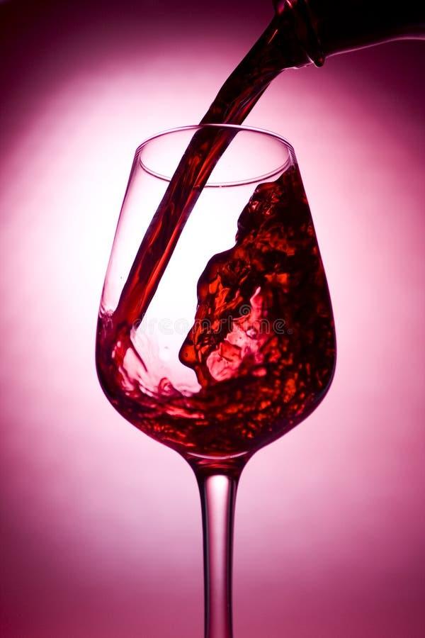 jest nalewający czerwone wino zdjęcie royalty free