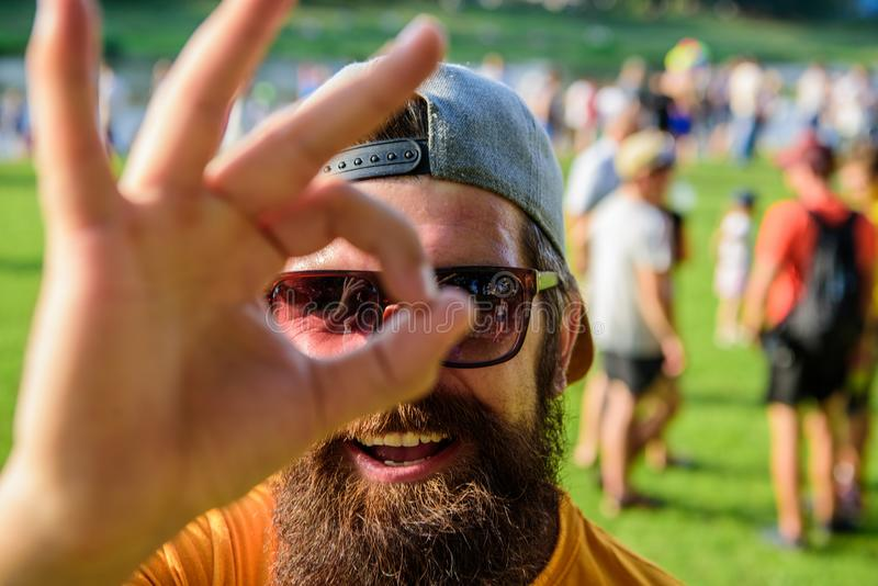 Jest pewny w twój wakacje Mężczyzna brodaty przed tłumu brzeg rzeki tłem Książkowy biletowy lato festiwal wewnątrz obraz stock