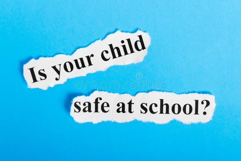 jest przy szkolnym tekstem na papierze twój dziecko skrytka Słowa są twój dziecka skrytką przy szkołą na kawałku papieru com poję zdjęcie royalty free