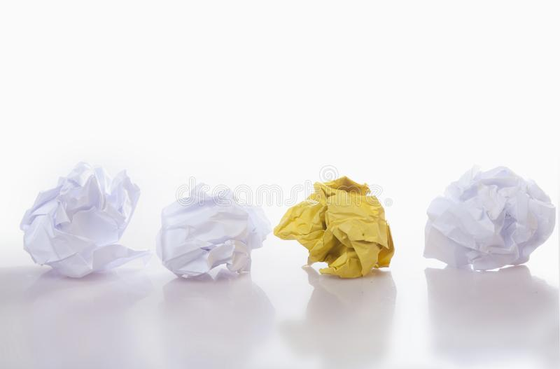 Jest różnym pojęciem Koloru żółtego i białych zmięte papierowe piłki zdjęcia stock
