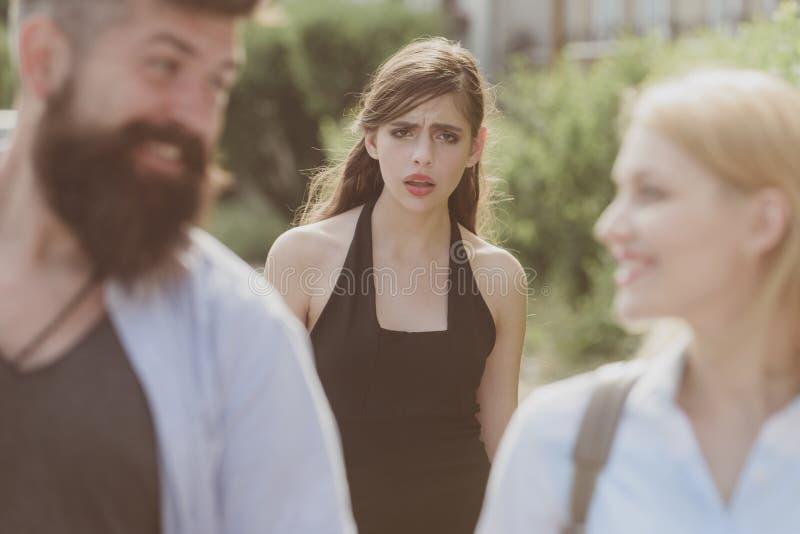 Jest z zazdrością typem Z zazdrością kobiety spojrzenie przy parą w miłości na ulicie Nieszczęśliwy dziewczyny czuć z zazdrością  zdjęcia stock