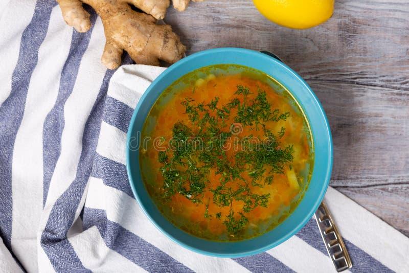 Jest zdrowy jabłczana pojęcia zdrowie miara taśmy Puchar świeży domowej roboty zupny rosół leczyć grypę, choroba, choroba Cytryna obraz royalty free