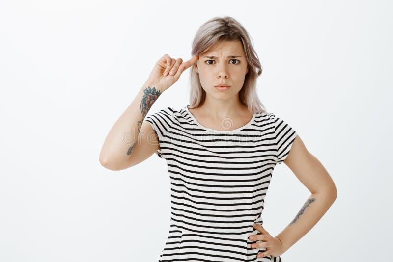 Jesteś z umysłu ty Sfrustowana nierada kobieta w pasiastej koszulce, trzyma rękę na biodrze, toczny palec wskazujący obrazy royalty free