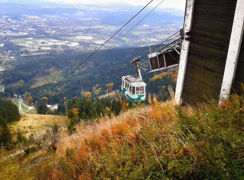 Jested, republika czech - Październik 06, 2012: zielona kabina rusza się odgórny zwanego Jested z Liberec miastem na tle cableway zdjęcie stock