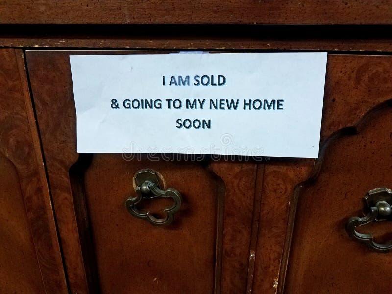 Jestem sprzedający i iść mój nowy domu znak na drewnianym meble wkrótce zdjęcie stock