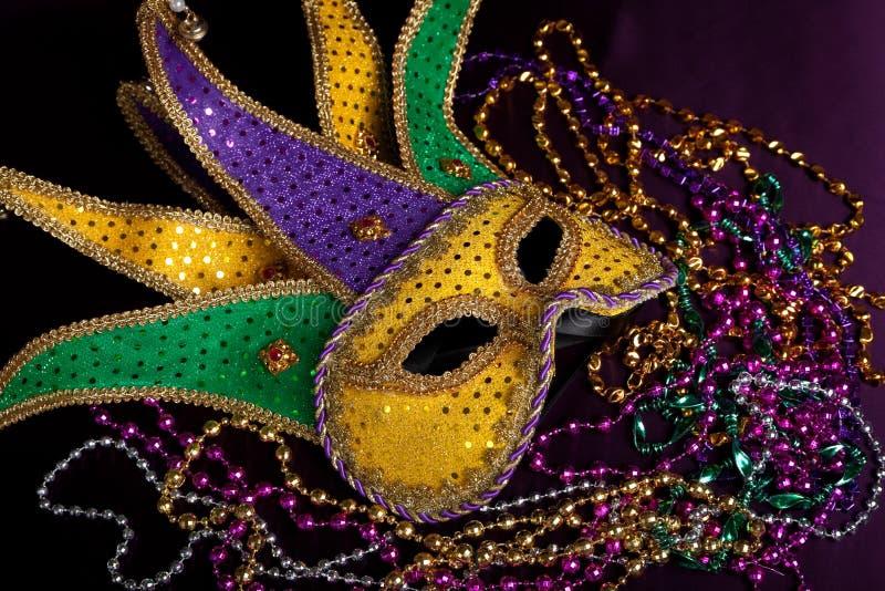 Jester gras της Mardi η μάσκα με τις χάντρες σε μια μαύρη ανασκόπηση στοκ εικόνα με δικαίωμα ελεύθερης χρήσης
