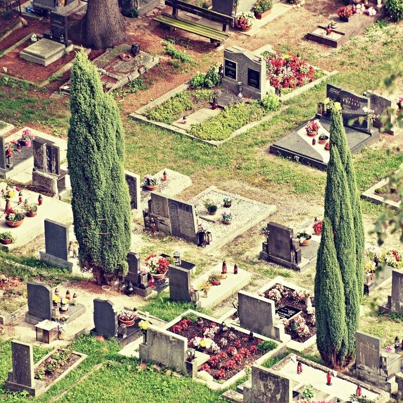 Jestrebi,捷克共和国- 2017年8月19日:与花的坟茔和在从Jestrebi看见的国家公墓的大树在su防御 库存照片