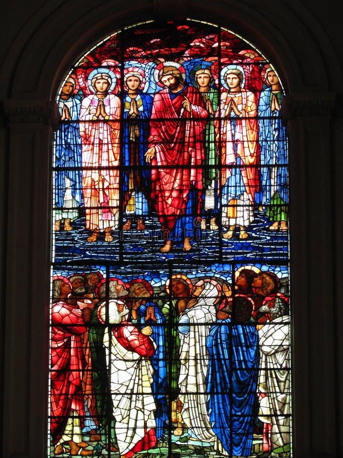 Jesucristo de cristal manchado de la ventana y su discípulo foto de archivo