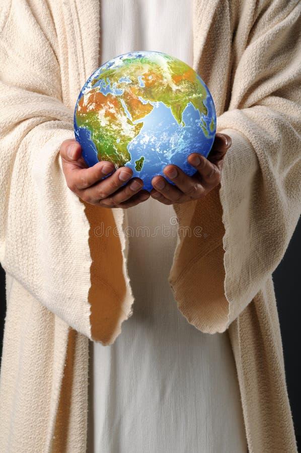 Jesus übergibt Holding-Erde stockfotografie