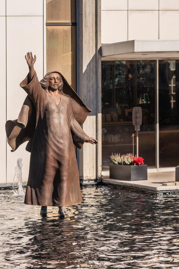 Jesus anda na água na catedral de Cristo no bosque do jardim, Califórnia fotografia de stock