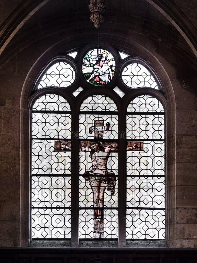 Jesus auf dem Kreuz gemalt auf dem Glas eines Fensters innerhalb lizenzfreie stockfotografie